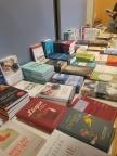 ein reichhaltiger Büchertisch
